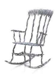 Необычные кресло-качалка и круглый табурет