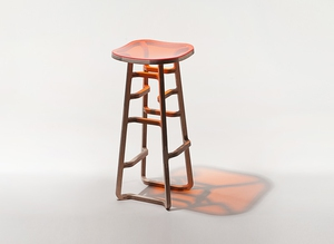 Стул с сиденьем из прозрачного пластика